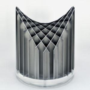 hyperbolisches paraboloid durch zwei scharen paralleler schnitte, begrenzt durch einen kreiszylinder